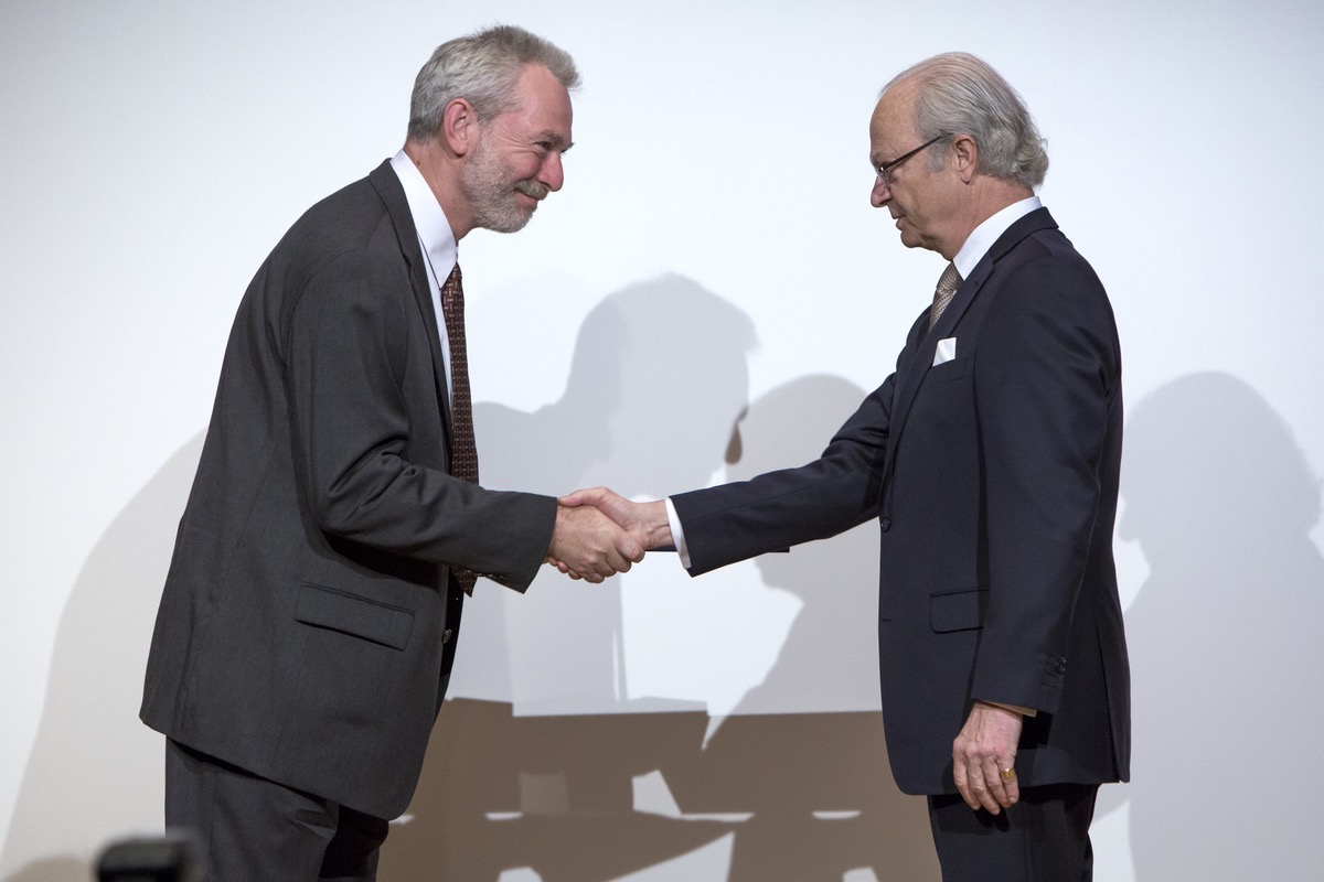 2015-05-06 Stockholm. Crafoordpriset 2015. H.M. Konungen delar ut priset till Ârets mottagare Richard Lewontin som representerades av Dr Andrew Berry. His Majesty the King presents the Crafoord Prize in Biosciences to laureate Richard Lewontin who was represented by Dr Andrew Berry. Foto: Markus Marcetic